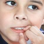 Uşaqların hər hərəkəti bir mesajdır—barmaq sormaq, dırnaq yemək, daimi inad, kefsizlik…
